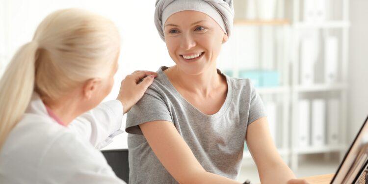 Arzt berät Frau mit Krebs.