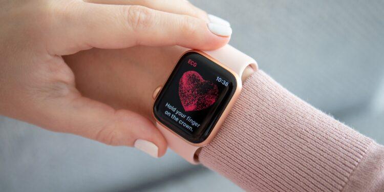 Weiblicher Unterarm mit einer Smartwatch