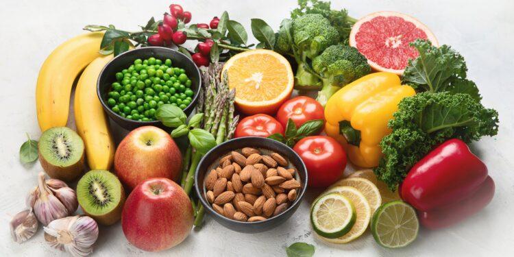 Eine Auswahl an gesunden Nahrungsmitteln auf einem weißen Untergrund.