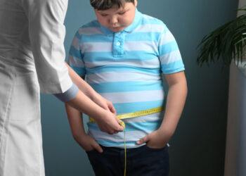 Zeiten der Isolierung zum Schutz vor COVID-19 führen dazu, dass Kinder Probleme mit Übergewicht und Fettleibigkeit entwickeln. (Bild:  Africa Studio/Stock.Adobe.com)