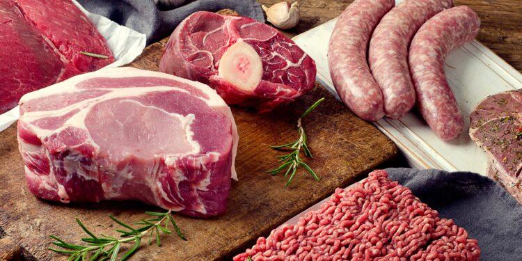 Verschiedene Arten von frischem rohem Fleisch auf dunklem hölzernem Hintergrund