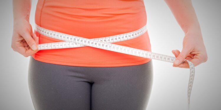 Frau misst ihren Bauchumfang