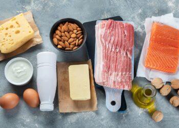 Eine Auswahl an fettreichen Lebensmitteln.