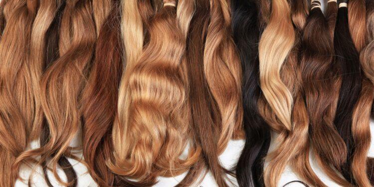 Haarverlängerungen in verschiedenen Farben.