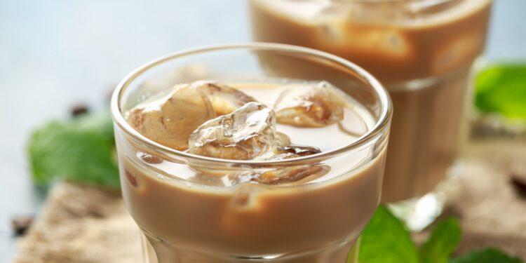 Zwei Gläser gefüllt mit Eiskaffee und Eiswürfeln