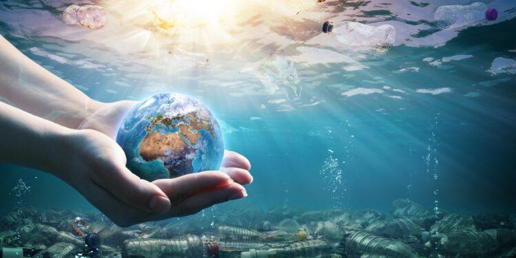 Plastikflaschen treiben im Ozean.