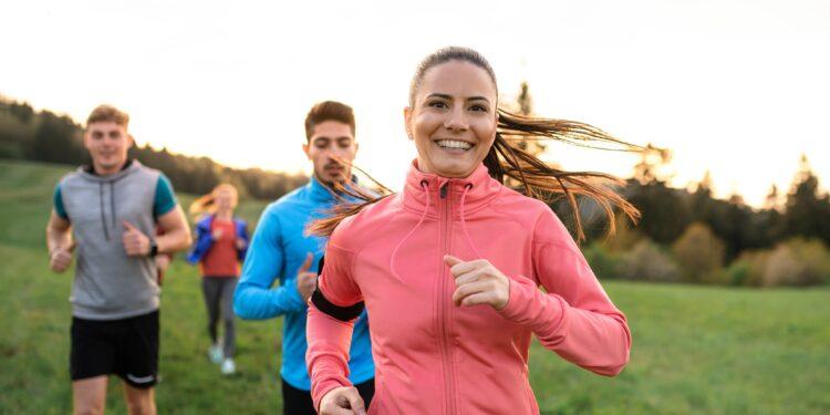 Mehrere Personen joggen in der Natur