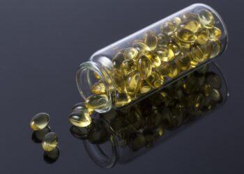 Eine durchsichtige Flasche mit Vitamin-D-Kapseln