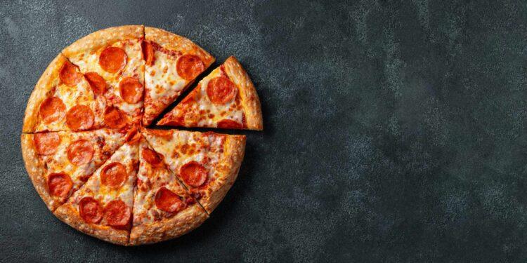 Pizza mit Pepperoni belegt