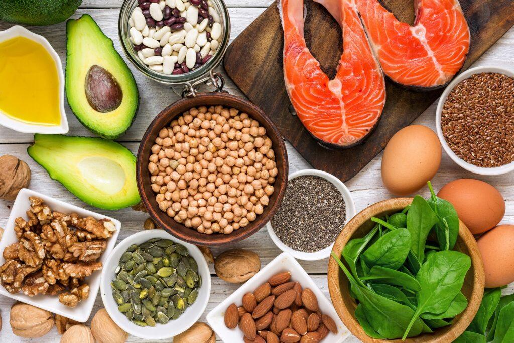 Eine Auswahl an Lebensmitteln, die reich an Omega-3-Fettsäuren sind.