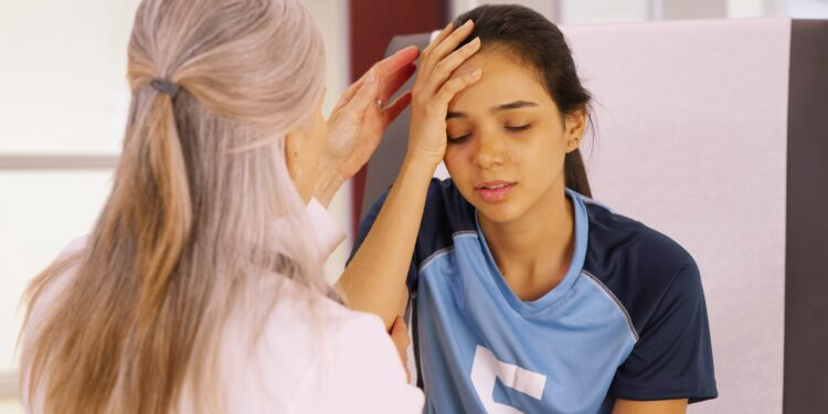 Ärztin untersucht Mädchen mit Verdacht auf Gehirnerschütterung.
