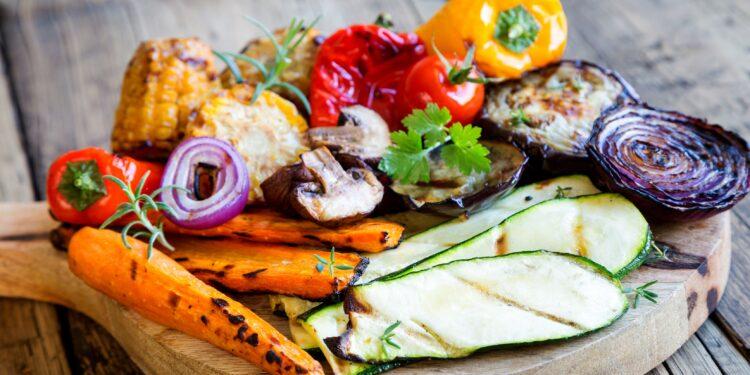 Gemischtes Gemüse vom Grill auf einem Holzbrett