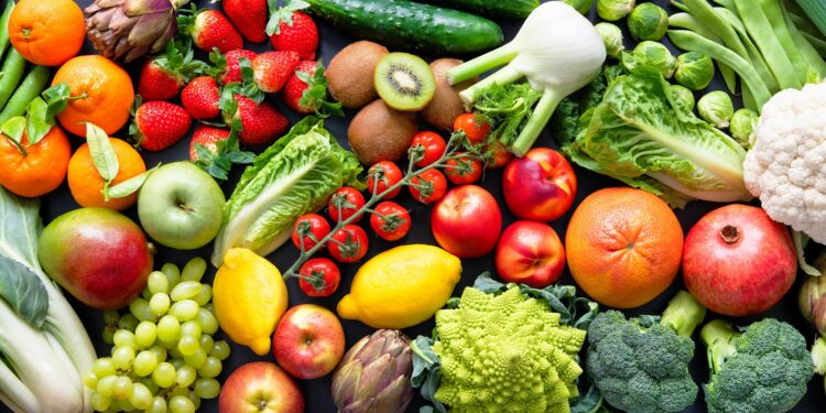 Eine große Auswahl an verschiedenen Obst- und Gemüsesorten.