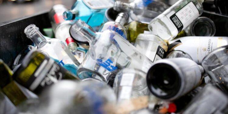 Eine Ansammlung von leeren Schnapsflaschen.