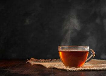 Begünstigt schwarzer Tee wirklich das Risiko für Darmkrebs? (Bild: OlegKovalevich/Stock.Adobe.com)