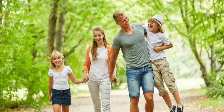 Glückliche Familie beim entspannten Spaziergang in der grünen Natur