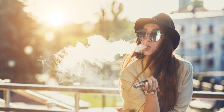 Frau nutzt E-Zigarette.