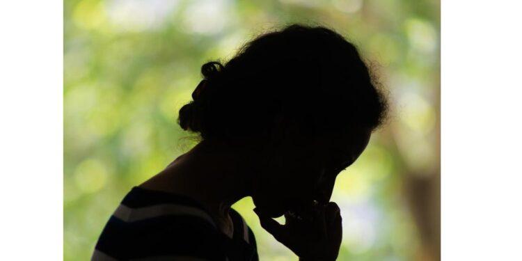 Eine Silhouette einer nachdenklichen Frau.