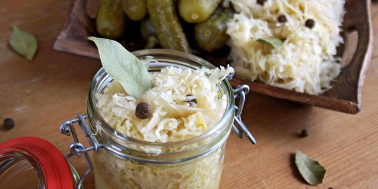 Sauerkraut im Glass mit Gurken