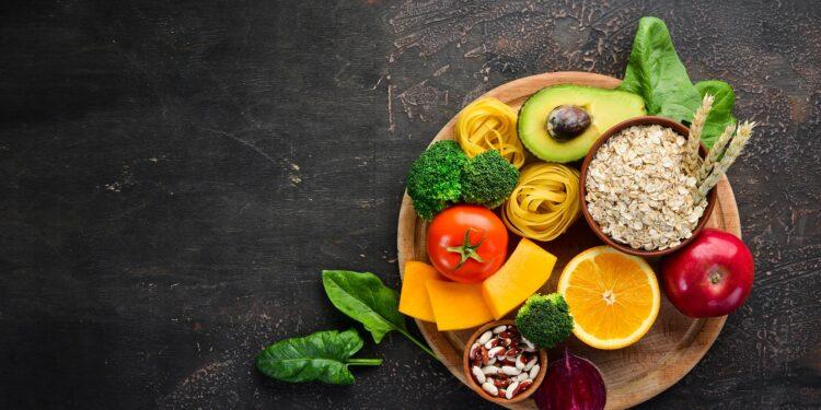 Eine Auswahl an gesunden Lebensmitteln auf einem Holzteller.