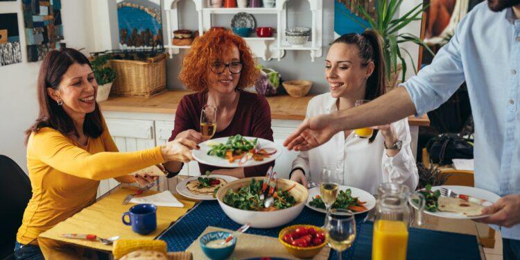 Mehrere Erwachsene beim gemeinsamen Essen