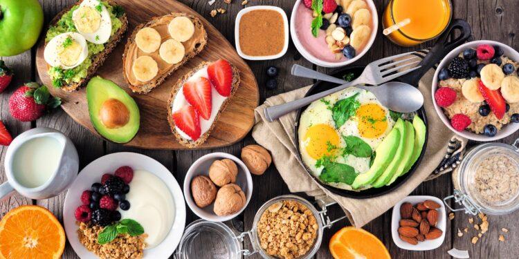 Ein Tisch voller gesunder Frühstücksvariationen