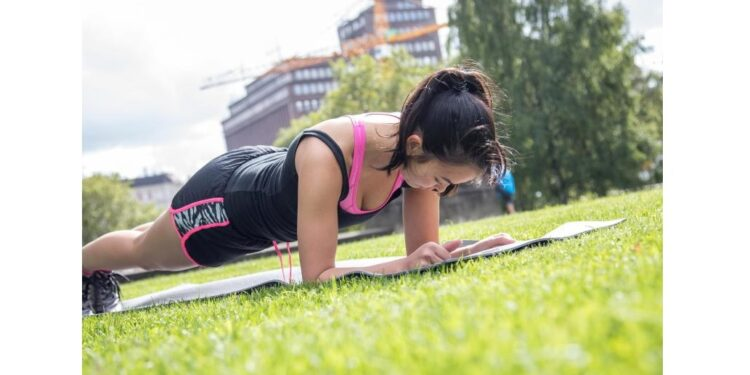 Eine Frau trainiert im Park.