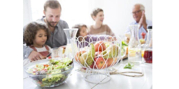 Eine Familie sitzt gemeinsam am Esstisch.