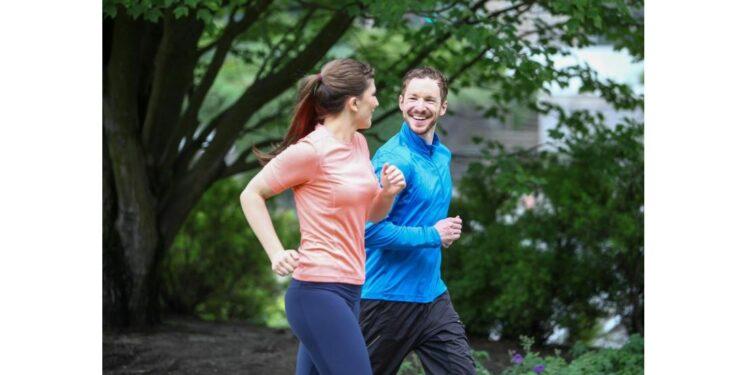 Eine Frau und ein Mann joggen zusammen.