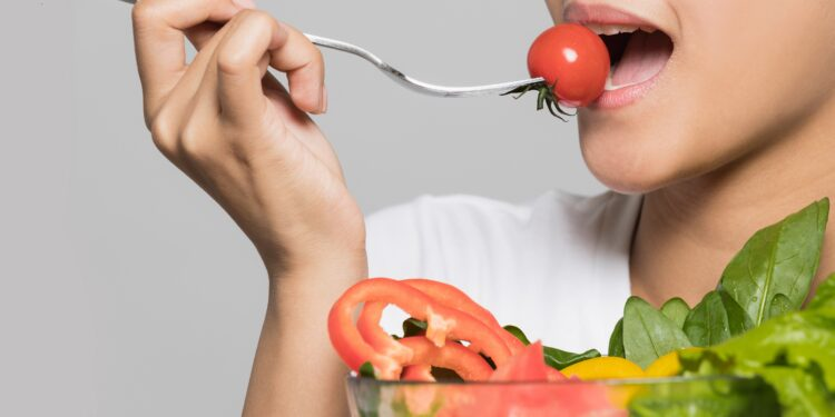 Junge Frau isst einen Salat