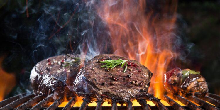 Ein Stück Fleisch wird auf einem Grill gegart.