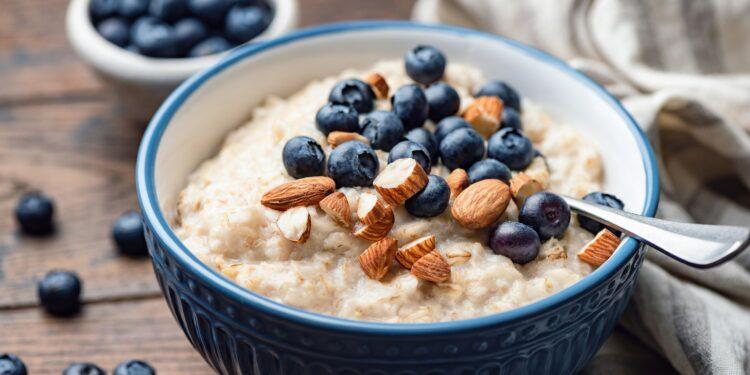 Eine Schüssel Porridge mit Blaubeeren und Mandeln