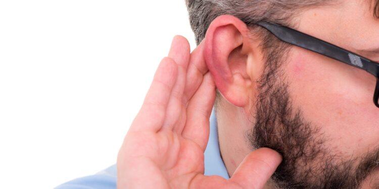 Mann leidet unter Hörverlust.