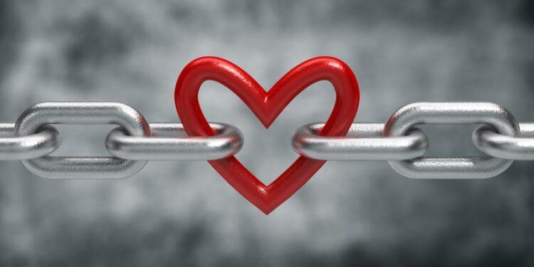 In einer Metallkette ist ein Glied wie ein Herz geformt.
