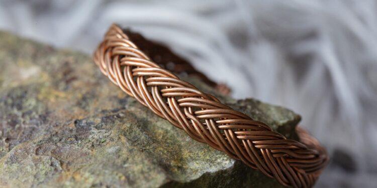 Kupferarmband auf einem Stein