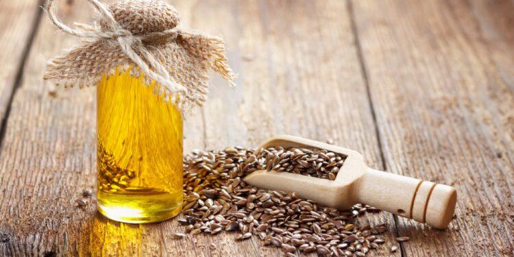 Leinsamen und Leinsamenöl auf einer Holzoberfläche.