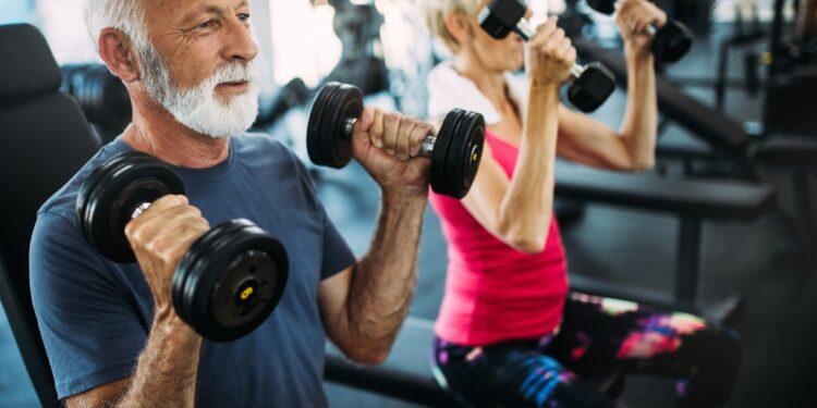 Älteres Paar beim Training im Fitnessstudio