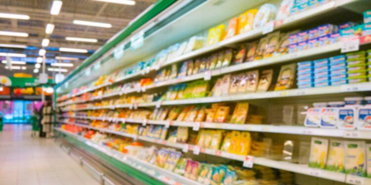 Käse-Kühlregal im Supermarkt