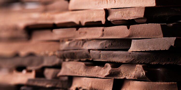 Übereinander gestapelte auseinander gebrochene Schokoladentafeln