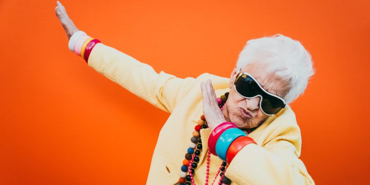 Tanzende Oma mit Sonnenbrille.