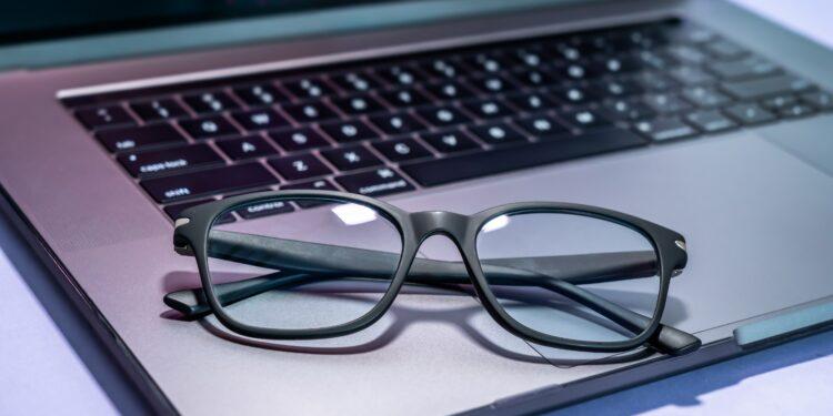 Blaulichtfilterbrille und Laptop
