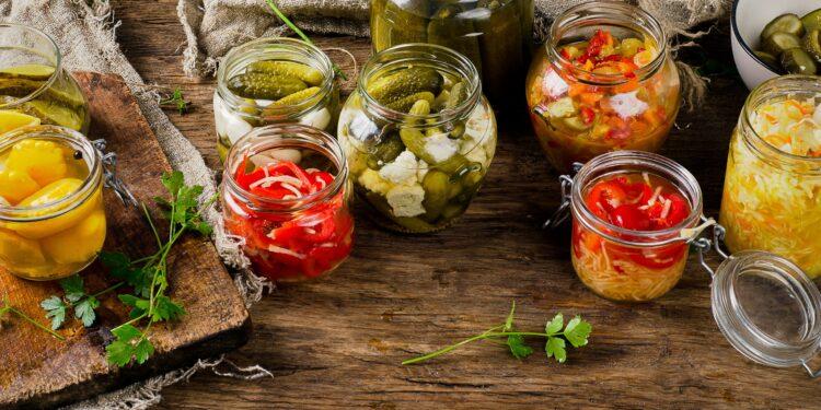 Verschiedene fermentierte Gemüse in Gläsern