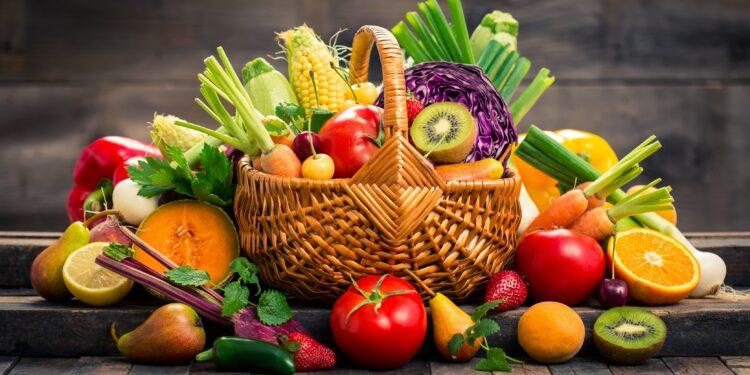 Korb voll Obst und Gemüse.