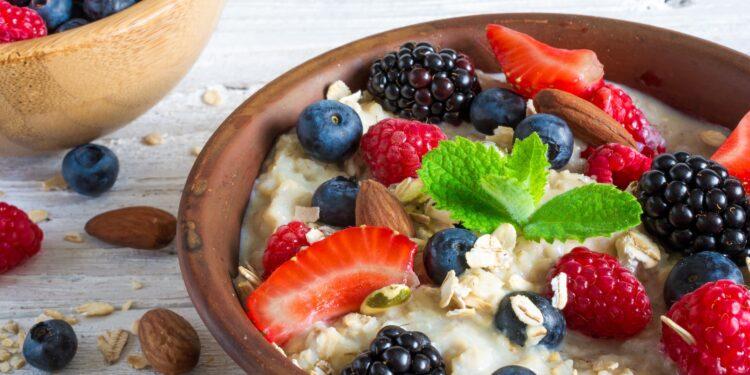 Frühstücksbrei mit Früchten und Nüssen.