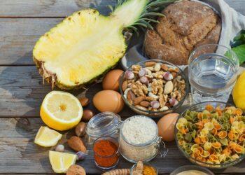 Verschiedene purinarme Lebensmittel wie Zitrone, Ananas, Eier