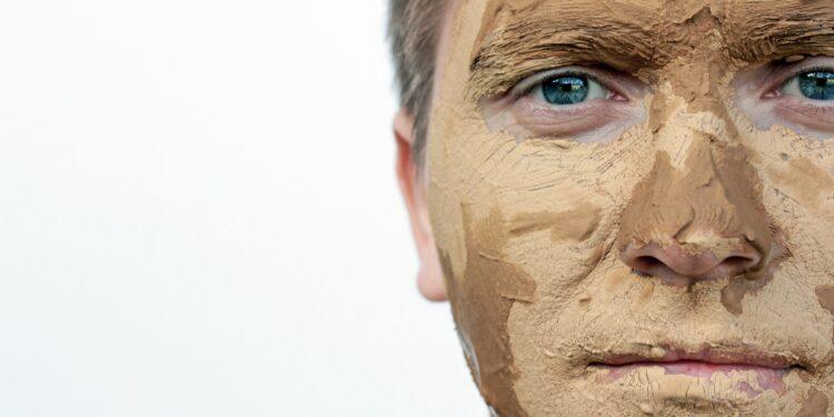Mann mit Heilerdemaske im Gesicht