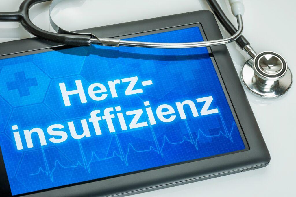 Tablet mit dem Text Herzinsuffizienz auf dem Display