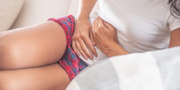 Frau leidet unter Bauchschmerzen