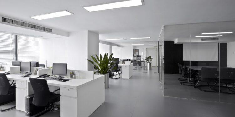 Ein modernes Büro mit künstlicher Beleuchtung.