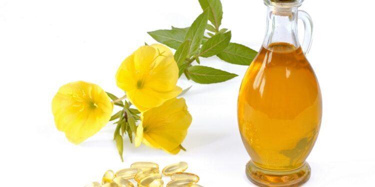 Blüten einer Nachtkerze, Flasche mit Nachtkerzenöl und Nachtkerzenölkapseln